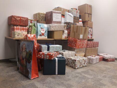 zdjęcie przedstawiające stos prezentów mikołajkowych