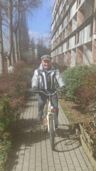 Pan Krzysztof jadący na rowerze