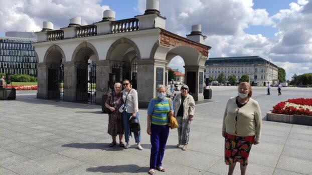 Sześcioosobowa grupa pozująca do zdjęcia na tle Grobu Nieznanego Żołnierza w Warszawie
